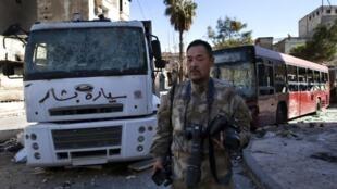 Le Japonais Toshifumi Fujimoto est un touriste d'un genre téméraire : il se balade de lignes de front en champs de bataille. Ici en Syrie, le 27 décembre 2012.