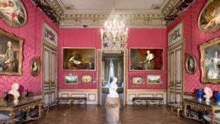 擡頭看見大廳頂部是威尼斯傑出藝術家提埃波羅(Tiepolo)洛可可風格的天頂畫,周圍絲綢牆紙裝飾的牆壁上,懸掛着18世紀法國代表畫家的作品。