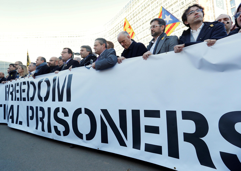 «Свободу политическим заключенным» – акция протеста мэров Каталонии у здания Европейской комиссии в Брюсселе, 7 ноября 2017.