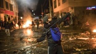 Capital colombiana tem noite violenta de protestos após morte de advogado vítima de violência policial.