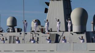 Des marins sur un navire de guerre chinois à l'approche du port de Chabahar au large duquel se déroulent des exercices militaires conjoints entre l'Iran, la Chine et la Russie.
