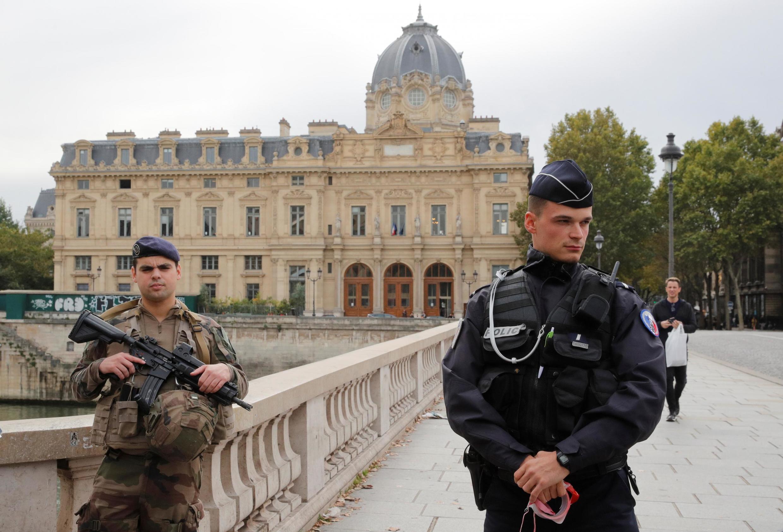 خیابانهای منتهی به اداره پلیس پاریس که در مرکز تاریخی شهر واقع است، بسته شده بود