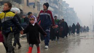 周二上午阿勒颇Boustane al-Qasr区逃亡的平民.