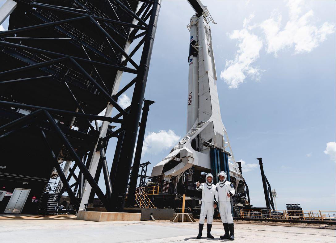 Los astronautas Bob BehnKen, 49 años y  Doug Hurley, de 53, posan antes del lanzamiento, el 30 de mayo, 2020.