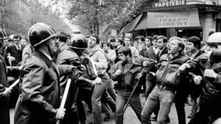 درگیری دانشجویان با پلیس ضد شورش در بلوار سن میشل پاریس در مه ۶۸