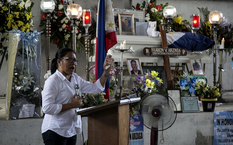 Thị trưởng Nieves Rosento của thành phố El Nido trên đảo Palawan, Philippines, phát biểu về vụ ám sát nhà đấu tranh môi trường Ruben Arzaga. Ảnh chụp ngày 28/09/2017.