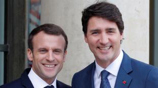 Le Premier ministre canadien Justin Trudeau (d) et le président français Emmanuel Macron au Palais de l'Elysée, le 16 avril 2018.