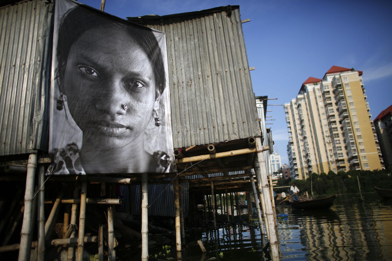 """Foto de uma trabalhadora em Dacca, da exposição """"Dignity Industry"""", do fotógrafo J.R"""