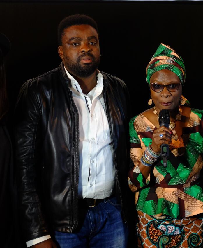 Kunle Afolayan, le réalisateur nigérian de The CEO, avec son actrice, la chanteuse d'origine béninoise Angélique Kidjo, après la première du film au Festival Nollywood Week à Paris.