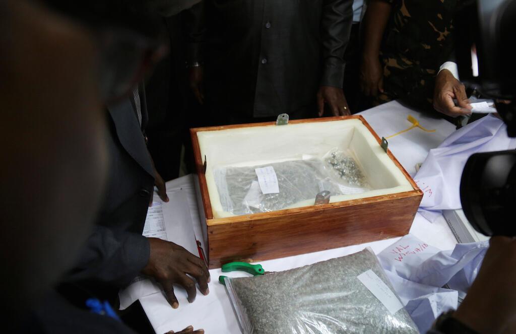 Maofisa wa Serikali ya Tanzania wakikagua sanduku lililokuwa limehifadhiwa Almasi iliyotaifishwa hivi karibuni kwenye uwanja wa ndege wa Dar es Salaam.