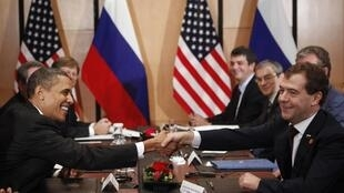 O presidente americano, Barack Obama, durante reunião com o presidente russo, Dmitri Medvedev na cúpula da APEC, em Yokohama no Japão, 14 novembro 2010.