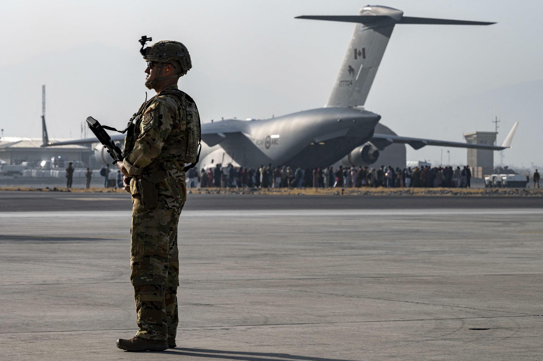Soldat américain à l'aéroport inteinternational Hamid Karzai