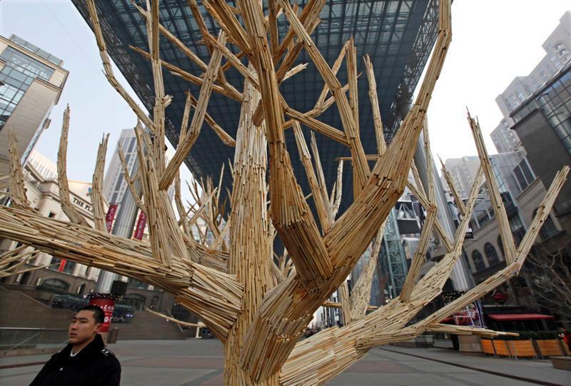 Компания Гринпис в Китае: елка из палочек, которые использовали для еды.