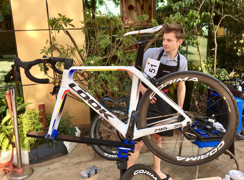 Un mécanicien de l'équipe française Delko s'affaire sur la machine du vainqueur de l'édition 2017, le Rwandais Joseph Areruya.