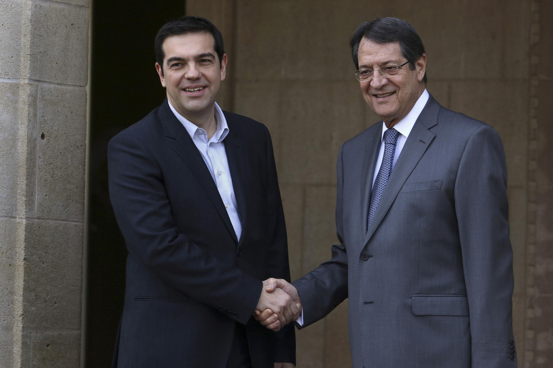 O primeiro-ministro da Grécia, Alexis Tsipras (esquerda), e o presidente de Chipre, Nicos Anastasiades, em Nicósia.
