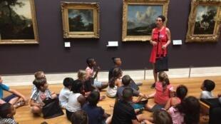 Dans la salles des peintures hollandaises du musée du Louvre, avec les enfants d'Aulnay, avant leur séance de dessin.