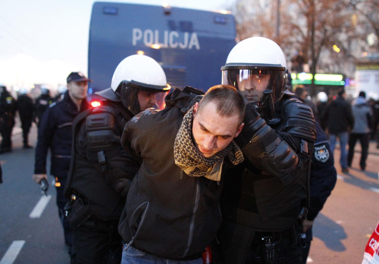 Arrestation d'un manifestant par la police anti-émeutes lors des marches organisées à Varsovie pour la fête nationale, le 11 novembre 2012.