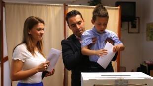 Gabor Vona (centre), leader du parti Jobbik, lors du vote pour les élections européennes, à Budapest, le 25 mai 2014.