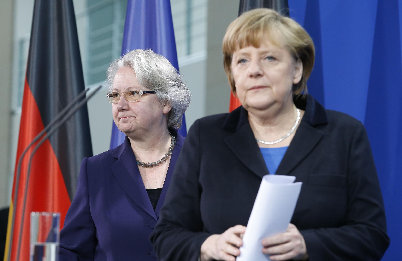 A chanceler alemã Angela Merkel (à direita) chega para entrevista coletiva de renúncia da ministra da Educação, Annette Schavan, acusada de ter plagiado sua tese de doutorado.