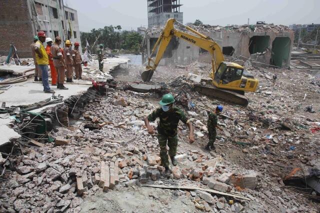 Fim da operação de resgate nos escombros do prédio que desabou em Bangladesh.