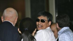 Chen Guangcheng à son entrée dans sa résidence provisoire à New York, le 19 mai 2012.