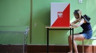 Dans un bureau de vote de Varsovie, dimanche 28 juin.