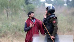 Một người biểu tình Pakistan đối mặt với cảnh sát trong một vụ đụng độ hôm thứ Bảy 25/11/2017, tại Islamabad.