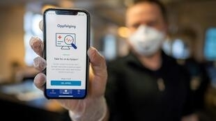 A man holds a smartphone showing a tracking and tracing app launched by the National Institute of Public Health to try to halt a return of the new coronavirus, on April 17, 2020 in Oslo
