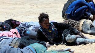 Migrantes africanos em uma praia da Líbia