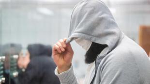 Abu Walaa oculta su rostro con una mascarilla y bajo una capucha a su llegada al tribunal que le juzgó en Celle, al norte de Alemania, el 24 de febrero de 2021