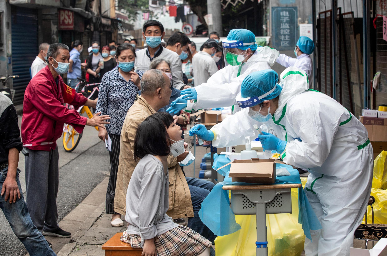 Ảnh minh họa: Lấy mẫu xét nghiệm Covid-19 tại một khu phố ở Vũ Hán, tỉnh Hồ Bắc, Trung Quốc, ngày 15/05/2020.