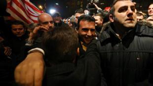 Le chef de l'opposition, l'Union sociale démocratique de Macédoine (SDSM), Zoran Zaev (C) avec ses partisans, le 11 décembre 2016.
