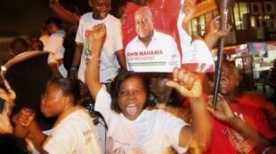Wafuasi wa rais John Mahama wakisherekea baada ya kiongozi wao kutangazwa mshindi