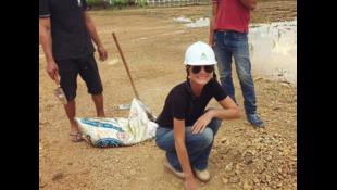 Laeticia Hallyday đặt viên gạch đầu tiên cho ngôi trường mới ở tỉnh Đăk Nông, Việt Nam, ngày 06/10/2016.