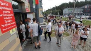 Des électeurs font la queue pour voter à Barauliany, Biélorussie, le 9 août 2020.
