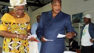 Le président congolais Denis Sassou Nguesso et sa femme Antoinette lors du vote du premier tour du scrutin législatif, le 15 juillet 2012.