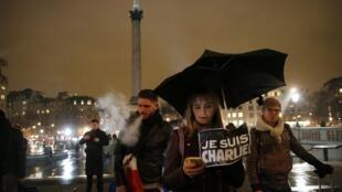 Manifestação em solidariedade às vítimas do atentado contra o jornal francês Chalie Hebdo na Trafalgar Square de Londres, na noite de quarta-feira (7).