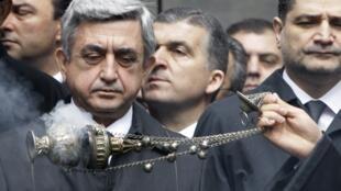 Le président arménien Serge Sarkissian (gauche) participe à la cérémonie anniversaire du génocide arménien, ce jeudi 24 avril 2010.