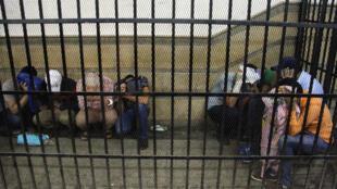 Ici, en novembre 2014, lors de leur premier procès au Caire, huit Egyptiens condamnés pour homosexualité pour avoir célébré un faux mariage gay.