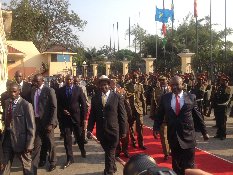 Rais wa Burundi Pierre Nkurunziza na Rais wa Uganda Yoweri Museveni  Bujumbura tarehe 14 Julai 2015.