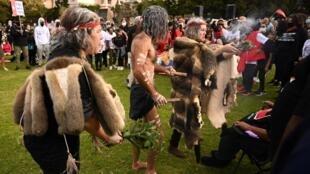 Des Aborigènes participant à un rituel purificateur durant une manifestation Black Lives Matter à Sydney le 5 juillet 2020.