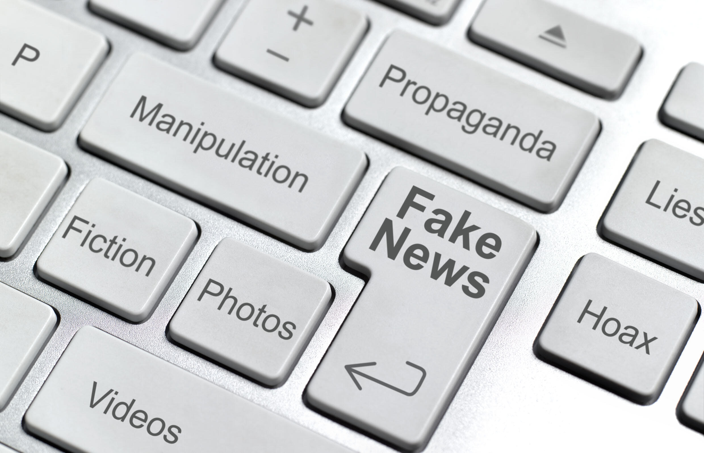 Fake news Infox ordinateur media numérique réseaux sociaux