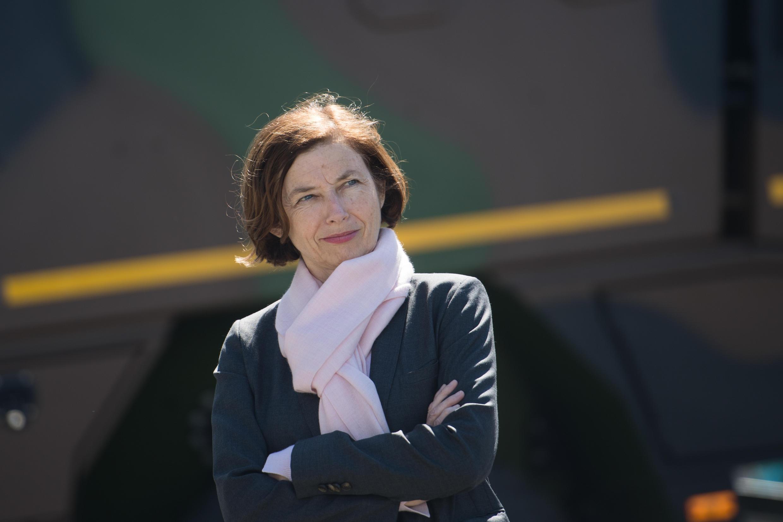La ministra francesa de Defensa, Florence Parly, visita a los soldados de regimiento de infantería de la marina en Vannes el 18 de mayo de 2020
