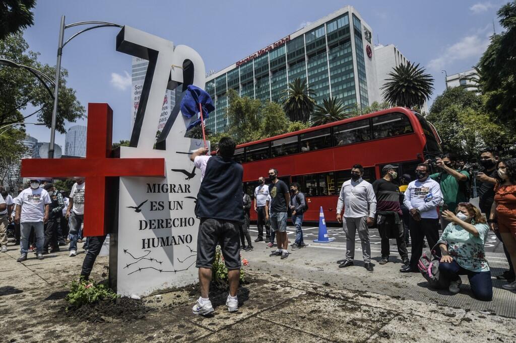 Des militants placent un monument pour marquer le 10e anniversaire du massacre de 72 réfugiés clandestins à San Fernando, devant l'ambassade américaine à Mexico, le 22 août 2020.