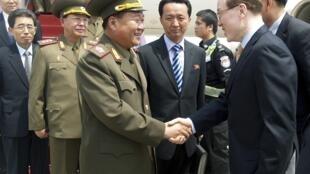 Choe Ryong-hae (T), Chủ nhiệm Tổng cục Chính trị quân đội Bắc Triều Tiên, bắt tay quan chức Trung Quốc tại sân bay Bắc Kinh 22/05/2013