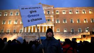 Un manifestante anti-austeridad delante del Parlamento griego, Atenas 11 febrero 2005.