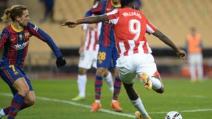 L'attaquant de l'Athletic Bilbao, Iñaki Williams (d), tire et marque lors de la finale de la Supercoupe d'Espagne face au FC Barcelone, à Séville, le 17 janvier 2021