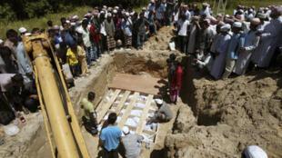 Tang lễ ở một ngôi làng ở vùng Narathiwat sau khi phiến quân hồi giáo chạm súng với quân đội chính quyền (Reuters)