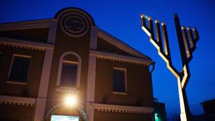 Synagogue à Birobidjan et un menorah (chandelier à 7 branches).