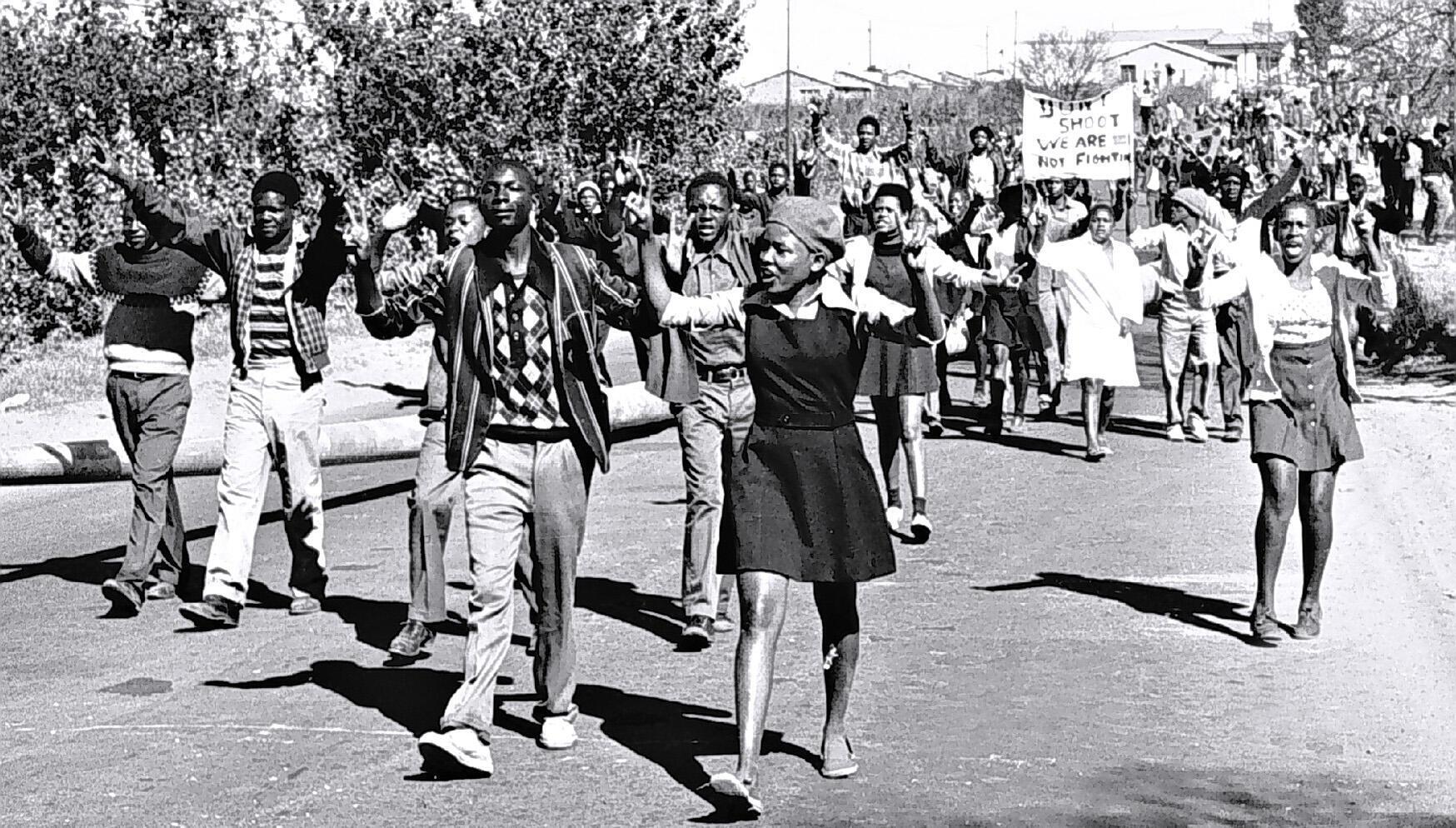 Emeutes de Soweto le 16 juin 1976, garçons et filles, les collégiens sont dans la rue.